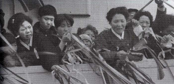 乗船した帰国船の中で別れを惜しむ帰国者。「写真で綴る北朝鮮帰国事業の記録 帰国者九万三千余名の別れ」(高木書房)より引用。