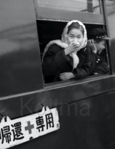 「帰還専用」列車の窓から顔を出す帰国予定の在日。新潟駅に到着した時のカットか。1962年3月、小島晴則さん撮影