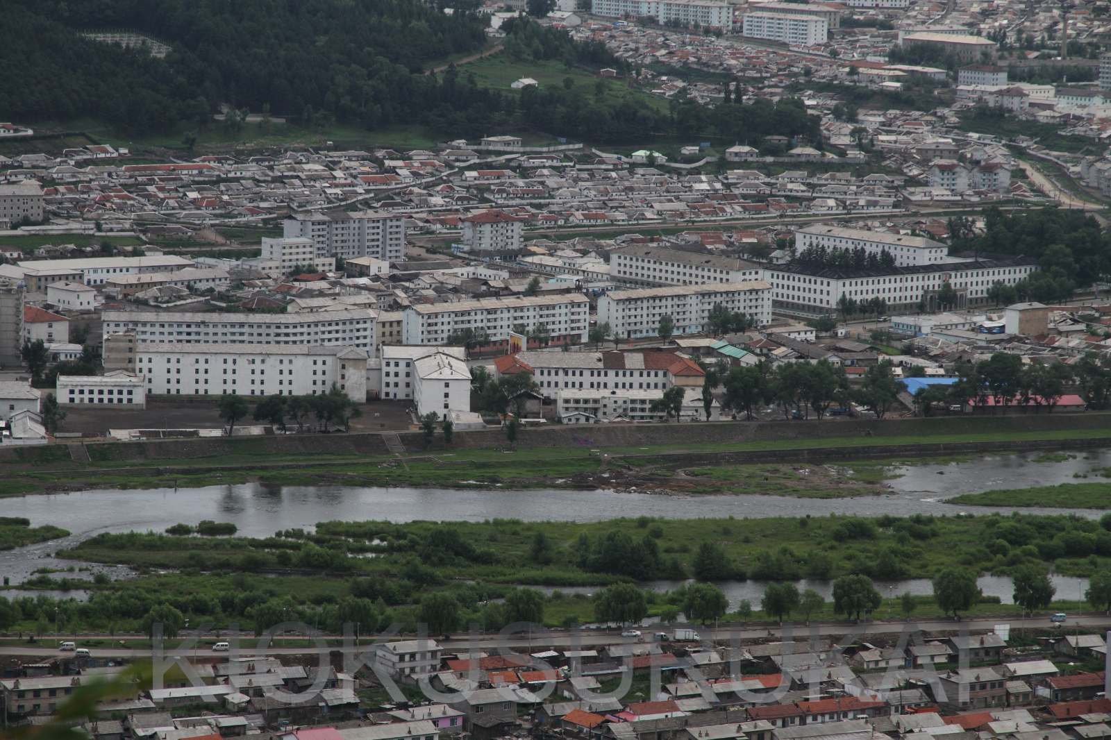 鴨緑江を挟んで中国から見た両江道の恵山市